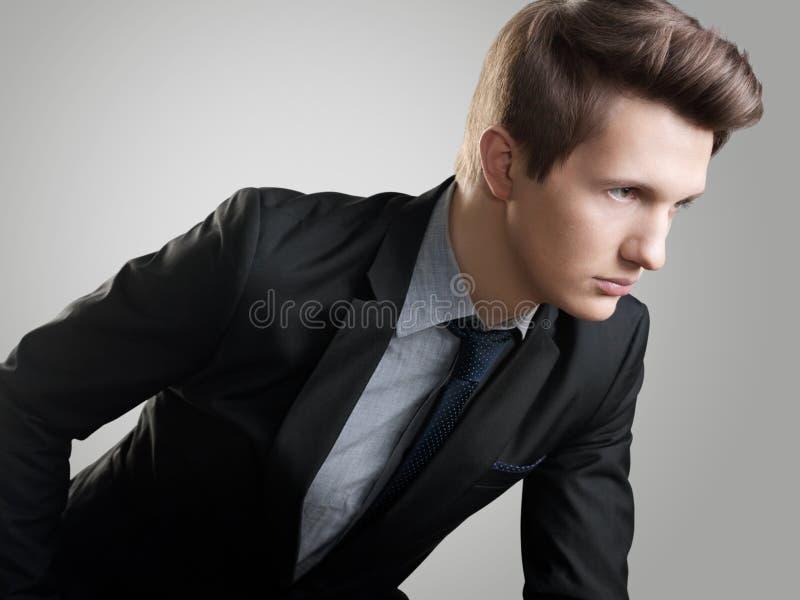 Κοντή τρίχα Style.Portrait του νεαρού άνδρα με την καφετιά τρίχα στοκ εικόνα με δικαίωμα ελεύθερης χρήσης