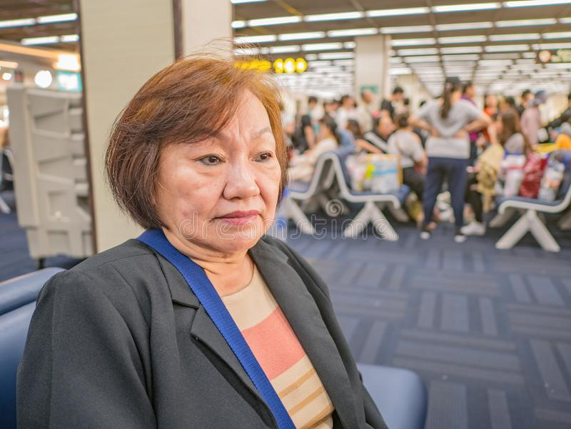 Κοντινή Ανώτερη Ασιάτισσα στο Αεροδρόμιο της Μπανγκόκ στοκ φωτογραφία με δικαίωμα ελεύθερης χρήσης