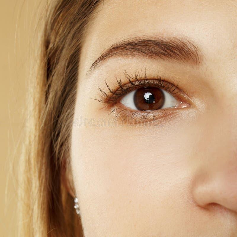 Κοντινή εικόνα του γυναικείου ματιού στο μισό μέρος του προσώπου στοκ φωτογραφίες με δικαίωμα ελεύθερης χρήσης