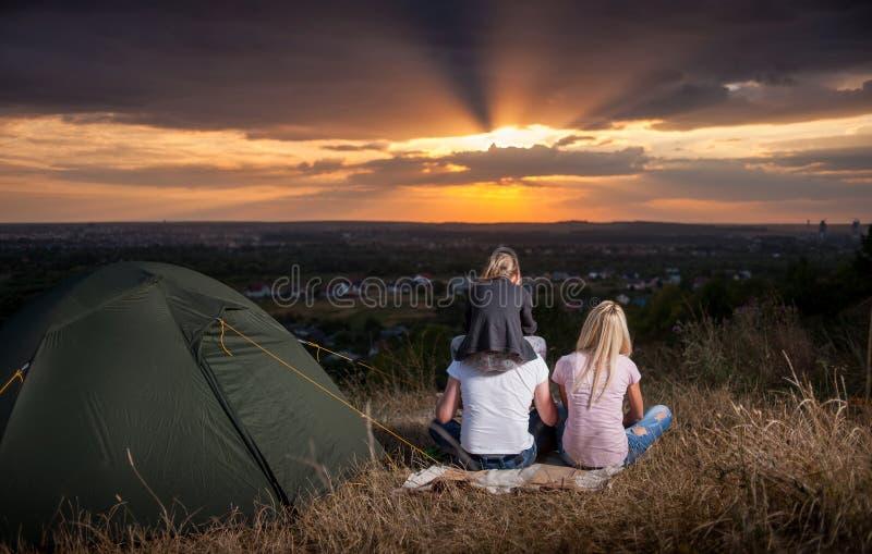 Κοντινή σκηνή στρατόπεδων οικογενειακής συνεδρίασης στο λόφο στοκ φωτογραφίες