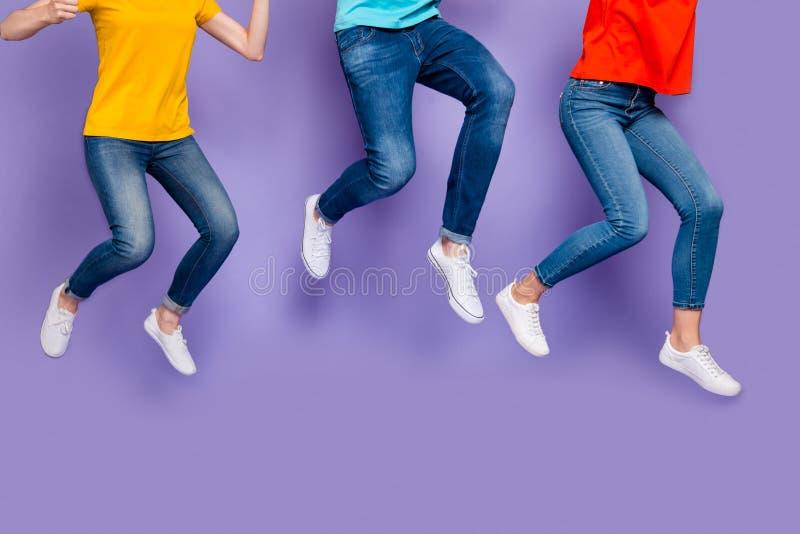 Κοντινή φωτογραφία της χαρούμενης παράλογης εκστατικής ομάδας ανθρώπων που τρέχουν στο μαραθώνιο επισπεύδοντας να λάβουν εποχικές στοκ εικόνα με δικαίωμα ελεύθερης χρήσης