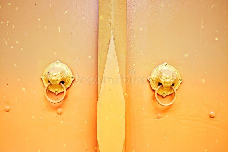 Κοντινό πλάνο ενός ταϊλανδικού ναού χερούλι σιδήρου Sunlight Vintage color scheme Selectable focus στοκ φωτογραφίες
