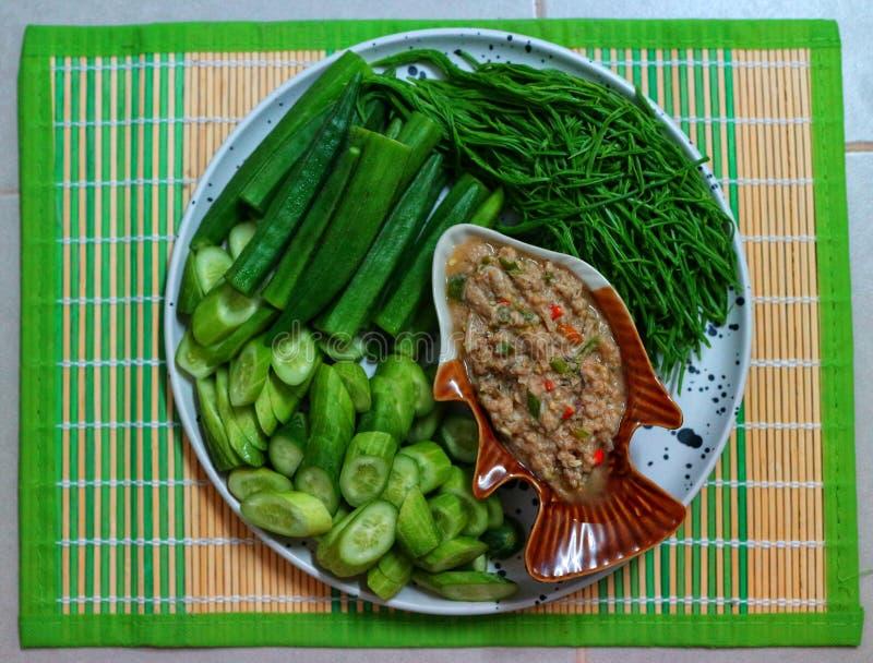 Κοντινό πλάνο, επάνω όψη, υγιεινό φαγητό, πράσινη πάστα λαχανικών, ασιατικό φαγητό στοκ εικόνα με δικαίωμα ελεύθερης χρήσης