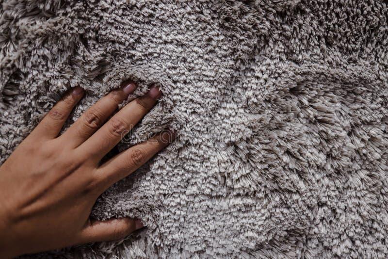 Κοντινό πλάνο υφής γούνινου υφάσματος με το χέρι Ομαλή ροή στοκ εικόνες με δικαίωμα ελεύθερης χρήσης