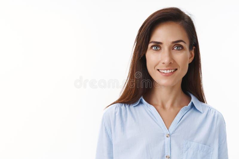 Κοντινό πλάνο όμορφη γυναίκα εργοδότης, ενδυναμωμένη γυναίκα, που ξεκινά τη δική της επιχείρηση, στέκεται σε μπλε μπλούζα γραφείο στοκ εικόνες