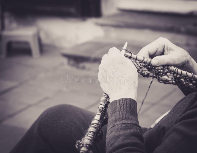 κοντινό πλέξιμο σε χέρια γριάς στοκ εικόνες με δικαίωμα ελεύθερης χρήσης