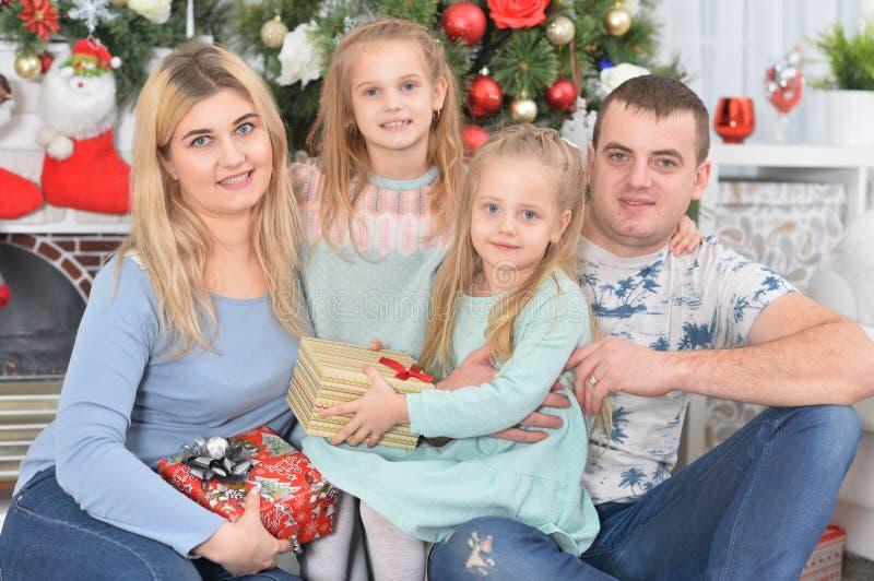 Κοντινό πορτρέτο της ευτυχισμένης οικογένειας με παιδιά στοκ εικόνες