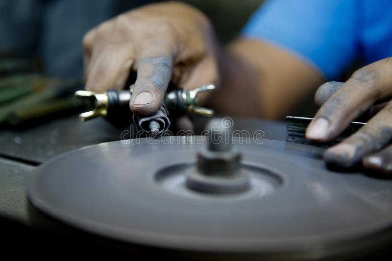 Κοπή διαμαντιών και κατασκευή κοσμήματος στοκ εικόνα με δικαίωμα ελεύθερης χρήσης