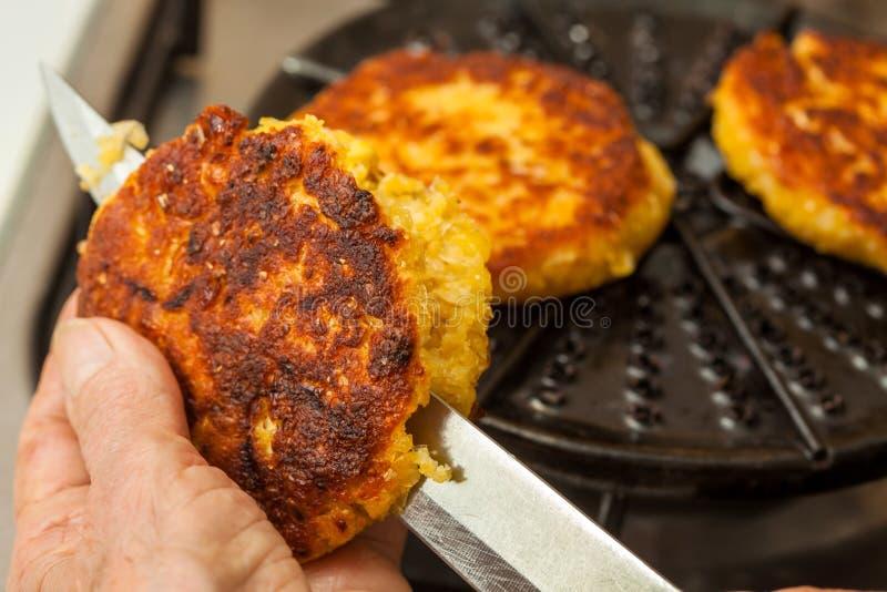 Κοπή του μαγειρευμένου ψωμιού καλαμποκιού στοκ φωτογραφία με δικαίωμα ελεύθερης χρήσης