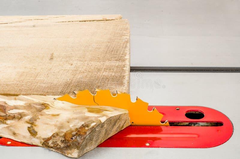 Κοπή του πίνακα σε ένα κυκλικό πριόνι σε ένα εργαστήριο ξυλουργικής στοκ εικόνες με δικαίωμα ελεύθερης χρήσης