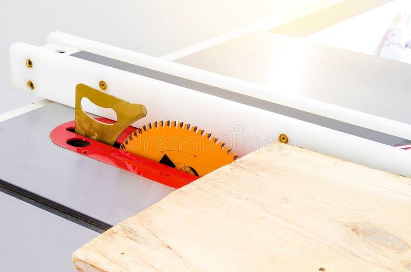 Κοπή του πίνακα σε ένα κυκλικό πριόνι σε ένα εργαστήριο ξυλουργικής στοκ φωτογραφία