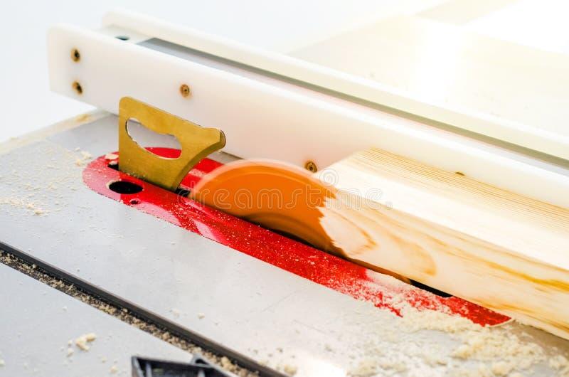 Κοπή του πίνακα σε ένα κυκλικό πριόνι σε ένα εργαστήριο ξυλουργικής στοκ φωτογραφία με δικαίωμα ελεύθερης χρήσης