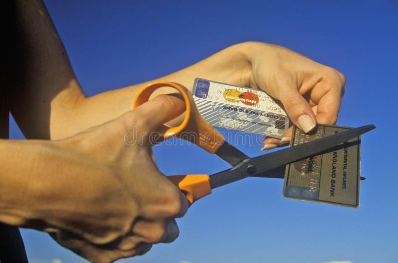 Κοπή των πιστωτικών καρτών στοκ εικόνες