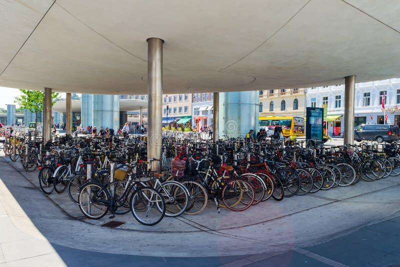 Κοπεγχάγη, Δανία - 11 Ιουλίου 2018 Πολλά ποδήλατα σταθμεύουν Ποδήλατο, η κύρια μεταφορά στην Κοπεγχάγη Transpot, στοκ εικόνα με δικαίωμα ελεύθερης χρήσης