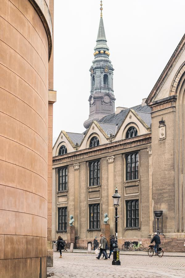 Κοπεγχάγη - 17 Οκτωβρίου 2016: Άποψη στην περιοχή Frue Plads και μερικοί πεζοί που περπατούν κοντά στοκ εικόνα