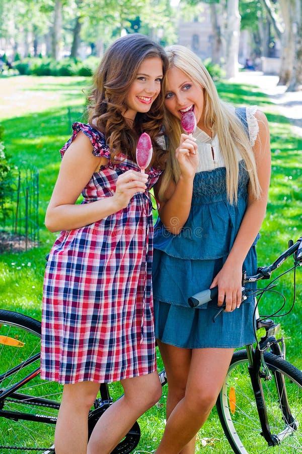 κορίτσια έξω από τον έφηβο δύ&o στοκ εικόνες