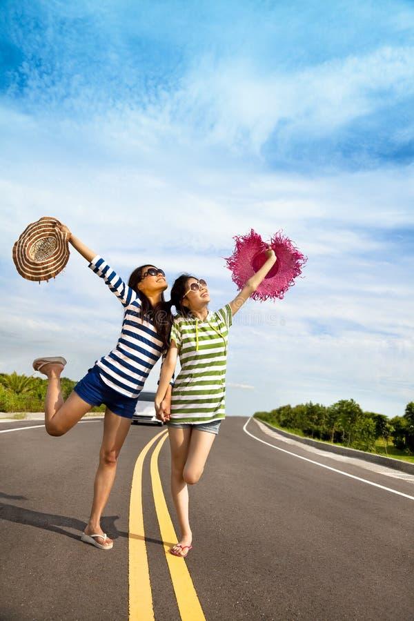 κορίτσια διασκέδασης που έχουν το οδικό ταξίδι στοκ φωτογραφία