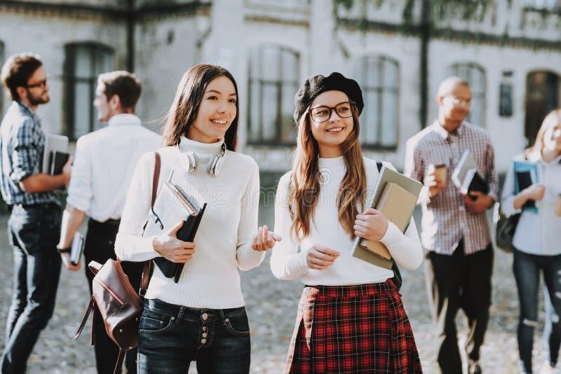 κορίτσια Ευτυχές Togeyher σπουδαστές Προαύλιο Βιβλία στοκ φωτογραφία με δικαίωμα ελεύθερης χρήσης