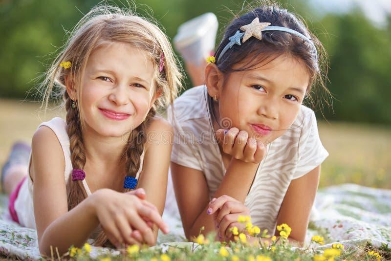 κορίτσια ευτυχή δύο στοκ εικόνα με δικαίωμα ελεύθερης χρήσης