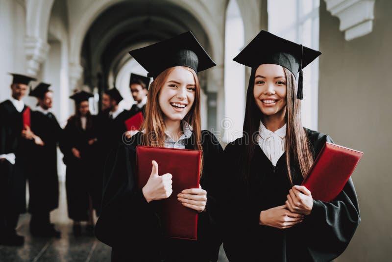 κορίτσια Ευτυχία νοημοσύνη δίπλωμα στάση στοκ φωτογραφία με δικαίωμα ελεύθερης χρήσης