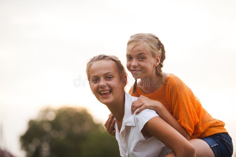 κορίτσια εφηβικά δύο στοκ φωτογραφία με δικαίωμα ελεύθερης χρήσης