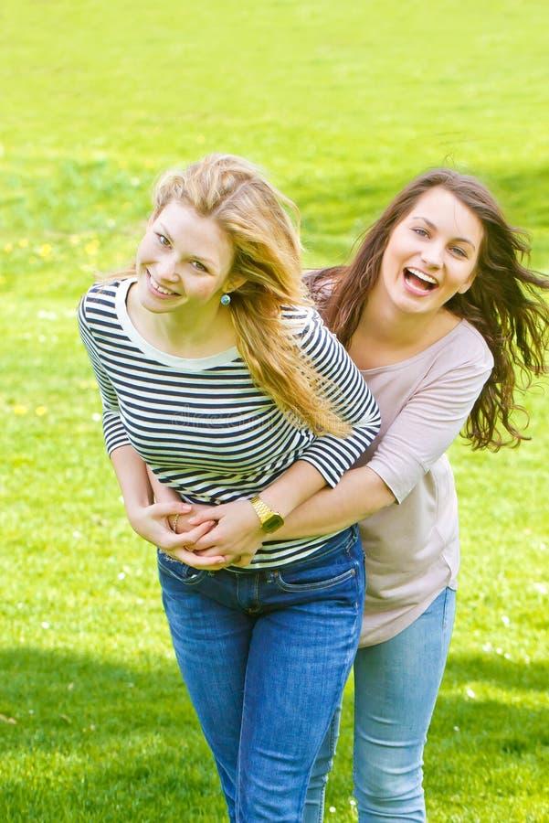 κορίτσια διασκέδασης που έχουν δύο στοκ φωτογραφίες