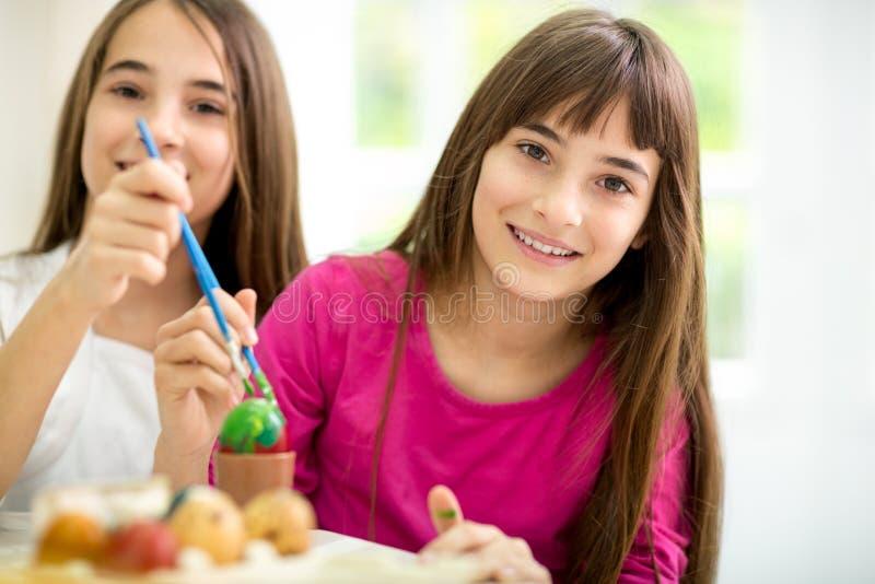 Κορίτσια διδύμων με τα αυγά Πάσχας στοκ εικόνες