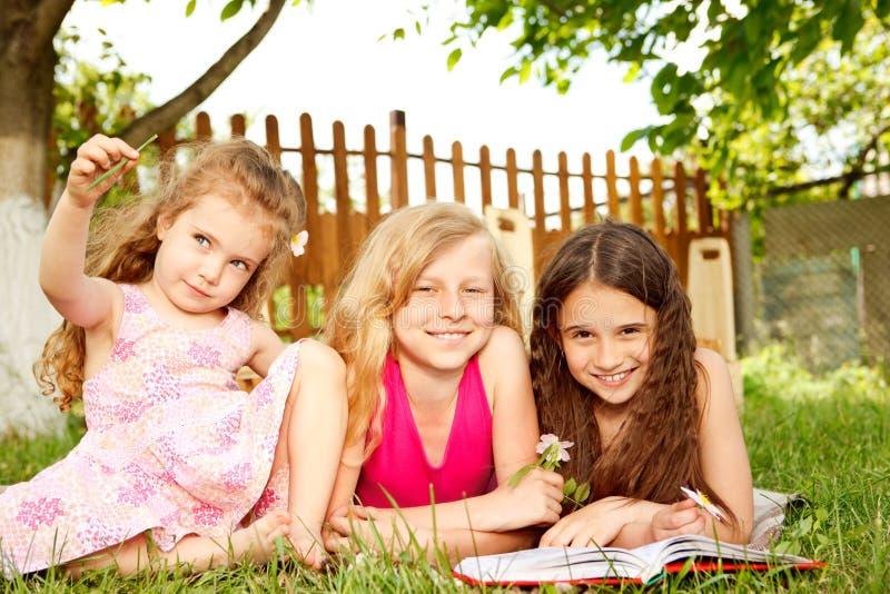 κορίτσια κατωφλιών στοκ εικόνα με δικαίωμα ελεύθερης χρήσης