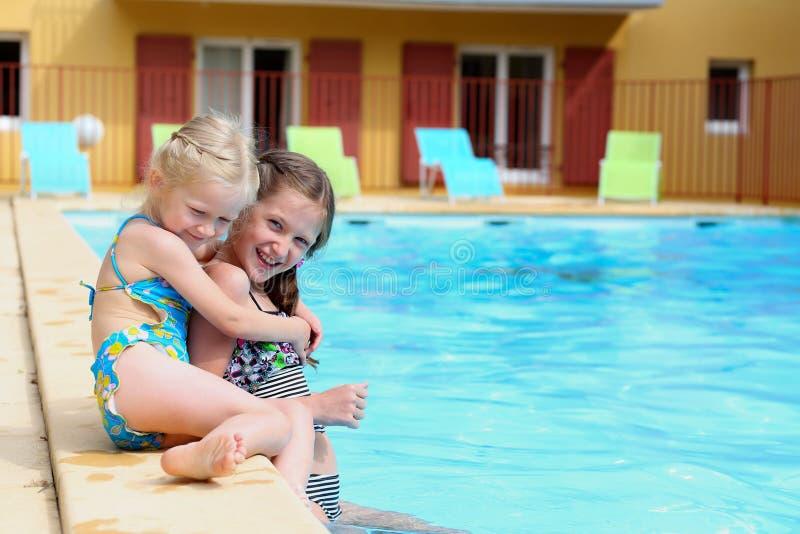 Κορίτσια κοντά στην υπαίθρια πισίνα στοκ φωτογραφίες