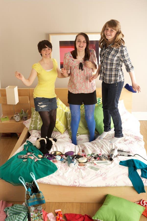 κορίτσια κρεβατοκάμαρω&nu στοκ εικόνα