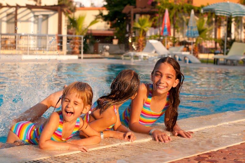 κορίτσια λίγη παίζοντας λίμνη τρία στοκ εικόνα