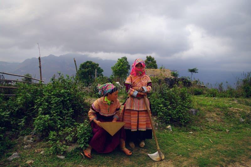 κορίτσια λουλουδιών π&epsilo στοκ φωτογραφία με δικαίωμα ελεύθερης χρήσης