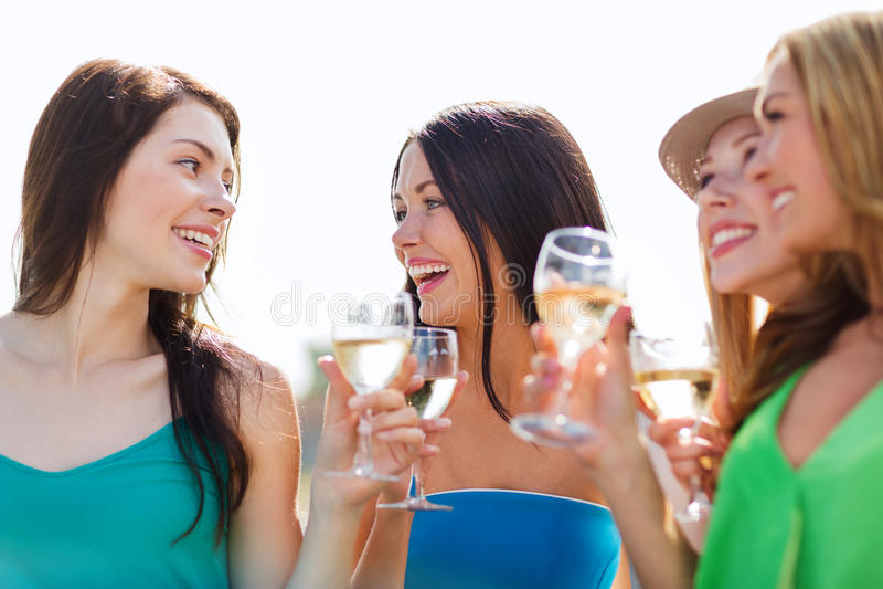 Κορίτσια με τα γυαλιά σαμπάνιας στοκ εικόνες