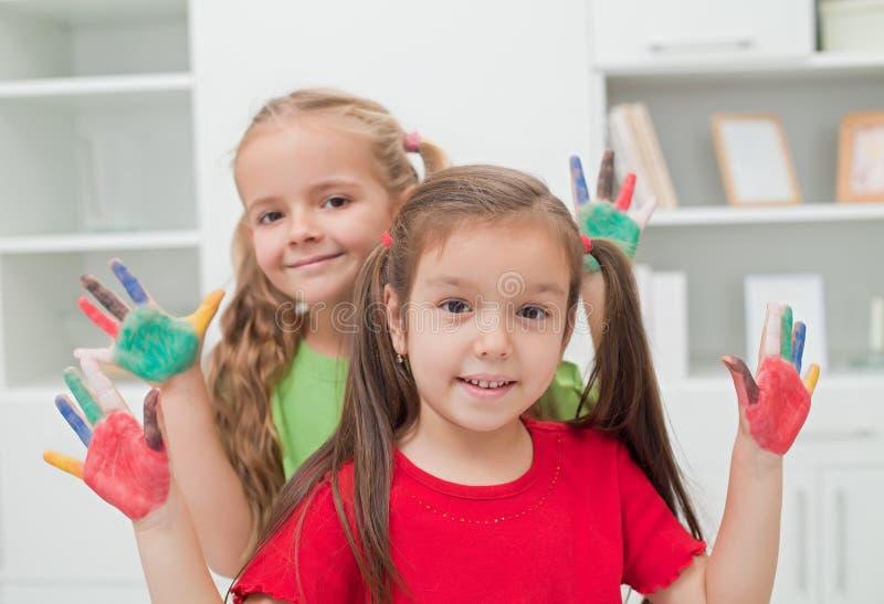 Κορίτσια με τα χρωματισμένα χέρια στοκ εικόνες