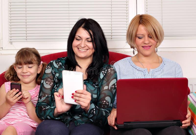 Κορίτσια με τους υπολογιστές Στοκ Εικόνες