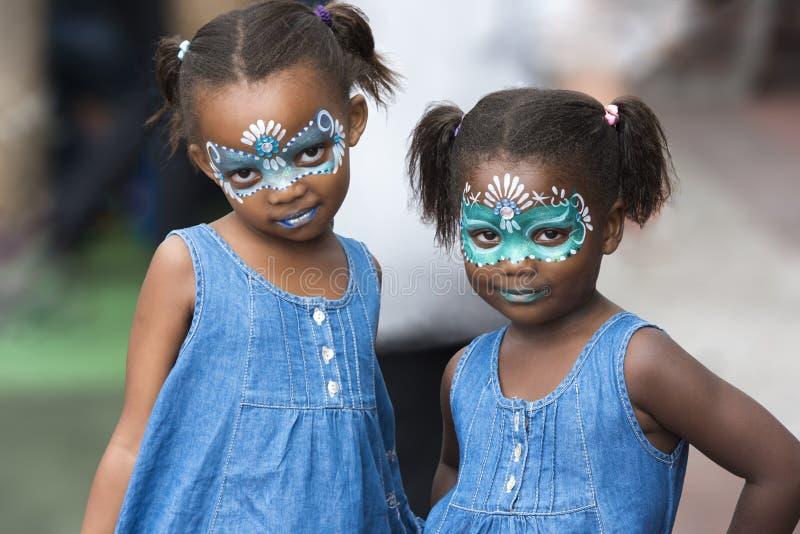 Κορίτσια με το χρωματισμένο πρόσωπο στοκ φωτογραφία