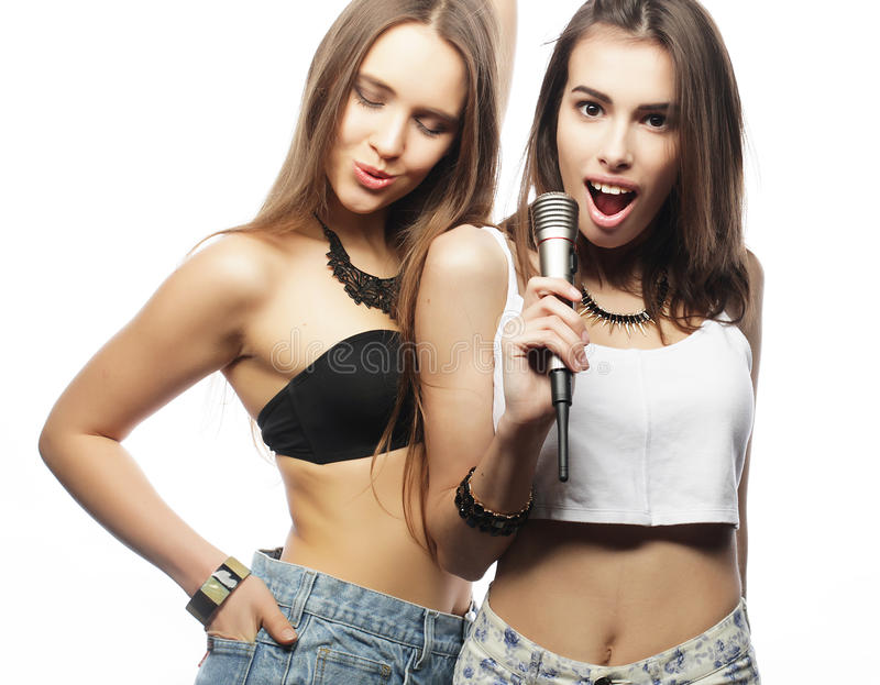 κορίτσια ομορφιάς hipster με ένα μικρόφωνο που τραγουδά και που έχει τη διασκέδαση στοκ εικόνα