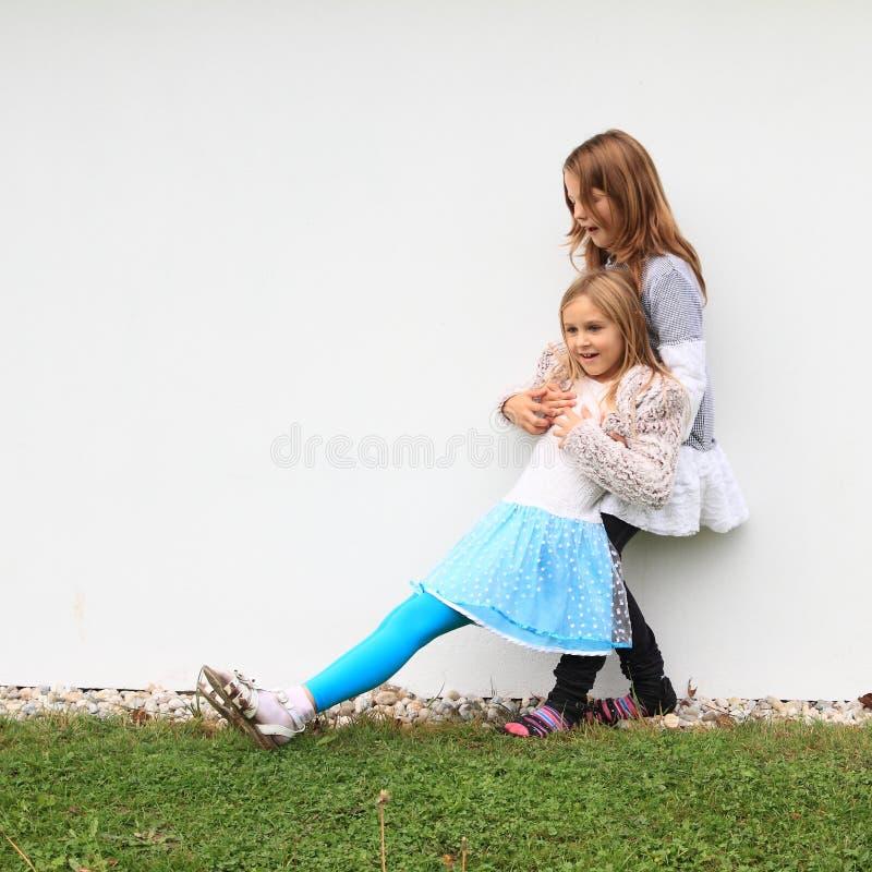 Κορίτσια - παιδιά που πιάνουν το ένα το άλλο στοκ εικόνα