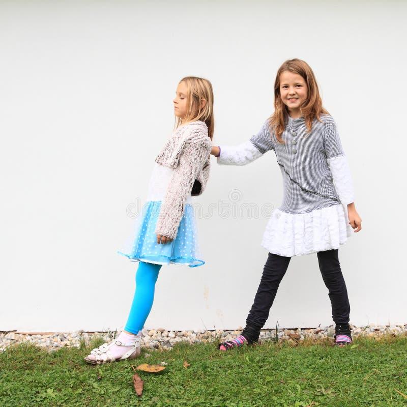 Κορίτσια - παιδιά που πιάνουν το ένα το άλλο στοκ φωτογραφίες με δικαίωμα ελεύθερης χρήσης