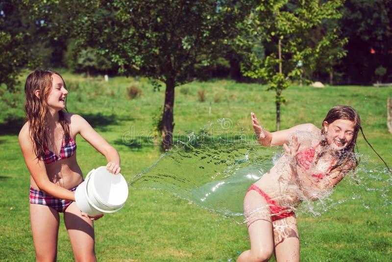 Κορίτσια που έχουν τη διασκέδαση υπαίθρια με το νερό στοκ φωτογραφίες με δικαίωμα ελεύθερης χρήσης