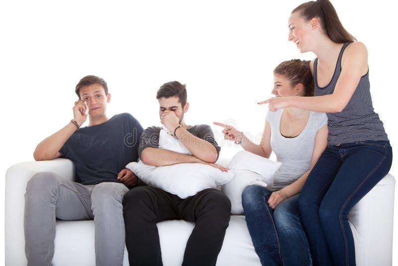 Κορίτσια που γελούν στα αγόρια προσέχοντας τον κινηματογράφο στοκ εικόνα με δικαίωμα ελεύθερης χρήσης