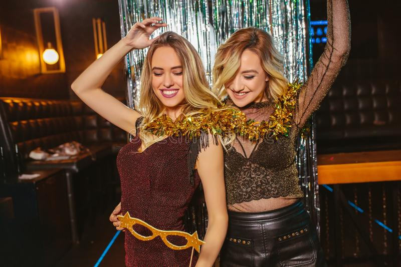 Κορίτσια που γιορτάζουν τη νέα παραμονή ετών στο νυχτερινό κέντρο διασκέδασης στοκ φωτογραφία με δικαίωμα ελεύθερης χρήσης
