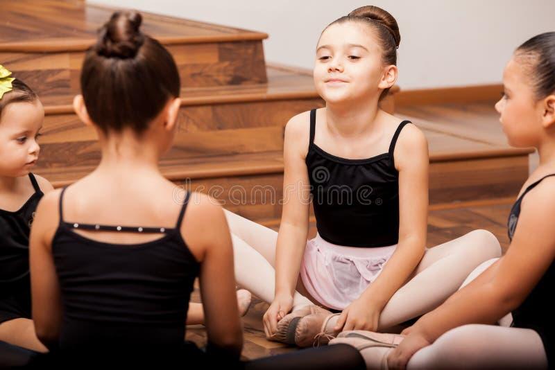 Κορίτσια που θερμαίνουν στην κατηγορία χορού στοκ φωτογραφία