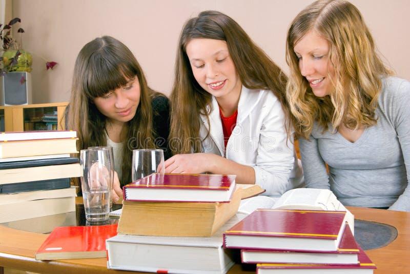 κορίτσια που μαθαίνουν τρία από κοινού στοκ εικόνες