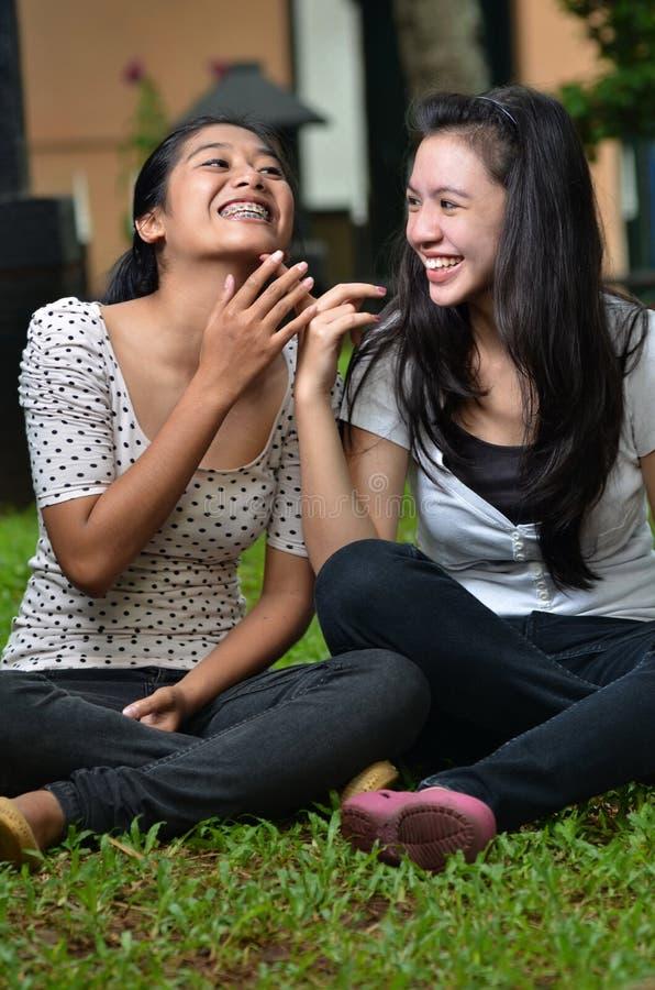 Κορίτσια που μοιράζονται την ιστορία ή το κουτσομπολιό 04 στοκ εικόνες