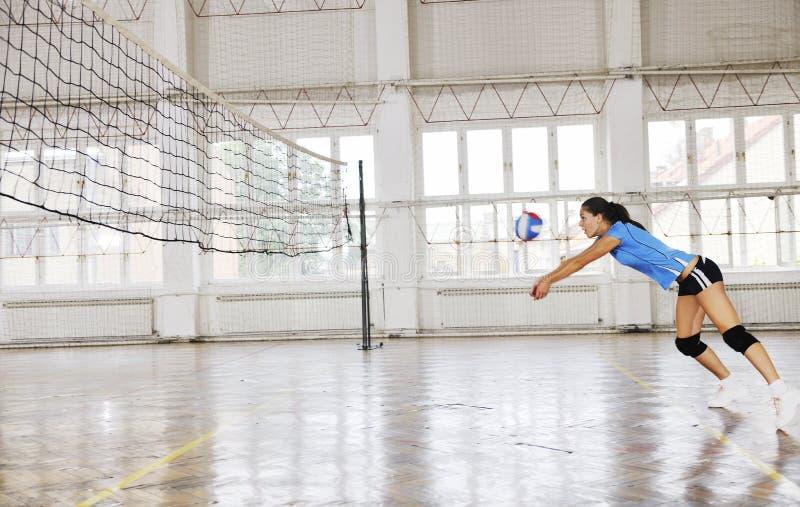 Κορίτσια που παίζουν το εσωτερικό παιχνίδι πετοσφαίρισης στοκ φωτογραφία