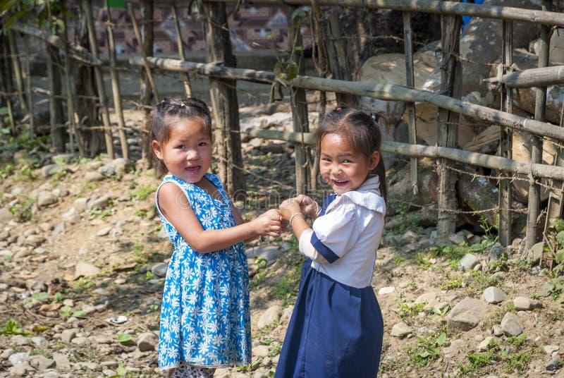 Κορίτσια που παίζουν, Vang Vieng, Λάος στοκ φωτογραφία με δικαίωμα ελεύθερης χρήσης