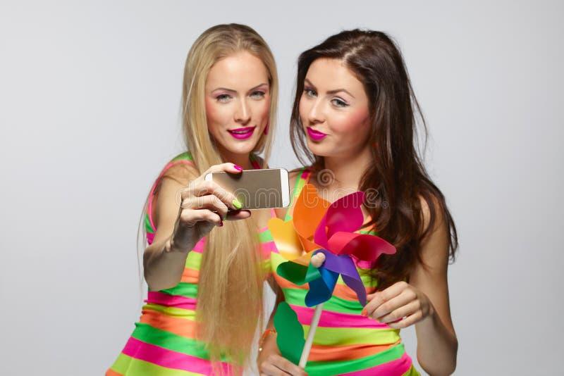 Κορίτσια που παίρνουν selfie με το smartphone στοκ εικόνες