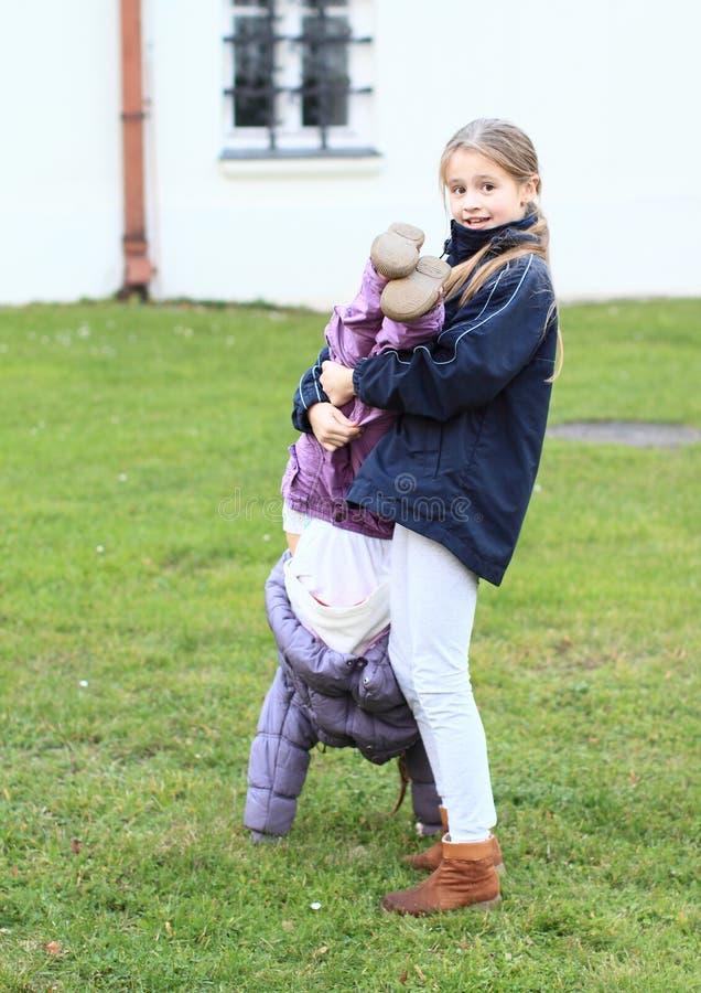Κορίτσια που προσπαθούν handstand στοκ φωτογραφία με δικαίωμα ελεύθερης χρήσης