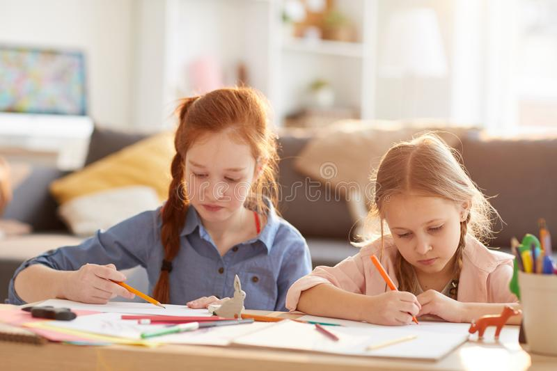 Κορίτσια που σύρουν στον ήλιο στοκ εικόνες